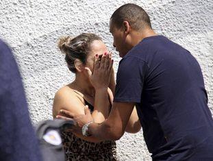 Mulher é consolada na escola Professor Raul Brasil, em Suzano, após o ataque que terminou em 10 mortes nesta quarta-feira