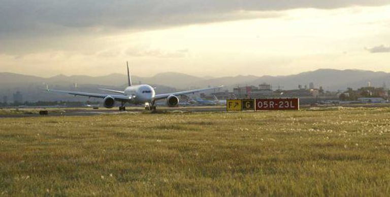 Um avião aterrissa no aeroporto da Cidade do México.