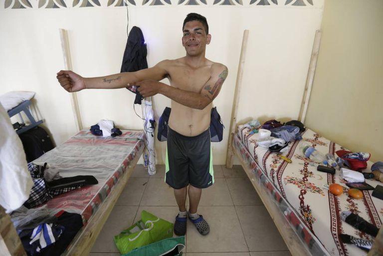 Um cidadão venezuelano no refúgio Lar de Cristo, em Guaiaquil.