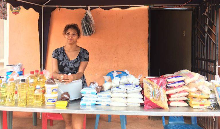 Teresa González fez da calçada uma venda onde tem até camisinha.