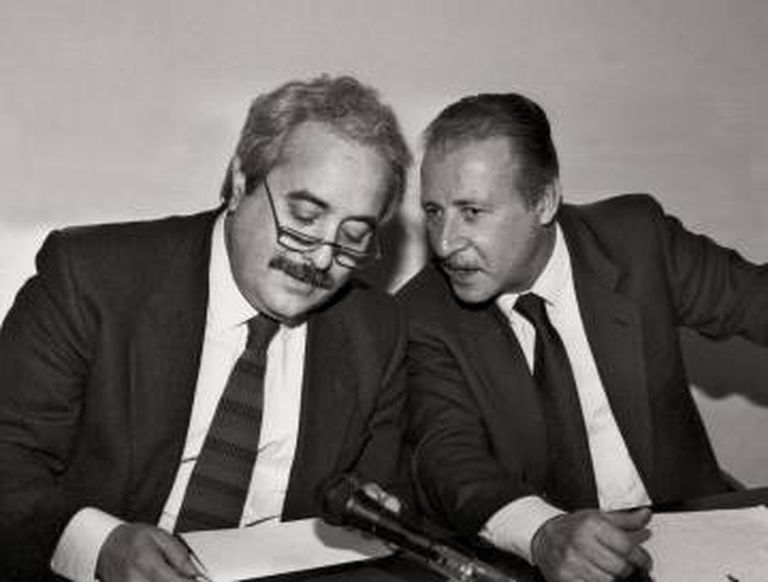 Giovanni Falcone (esquerda) escuta o também magistrado Paolo Borsellino.