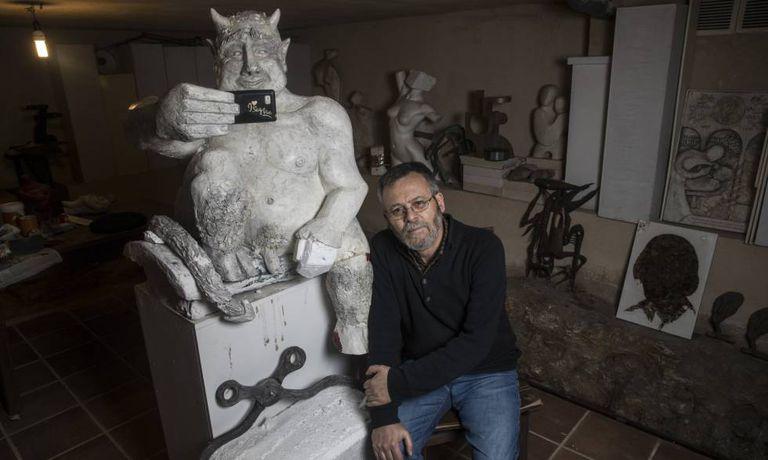 José Antonio Abella Mardones posa junto ao modelo de gesso da sua escultura.