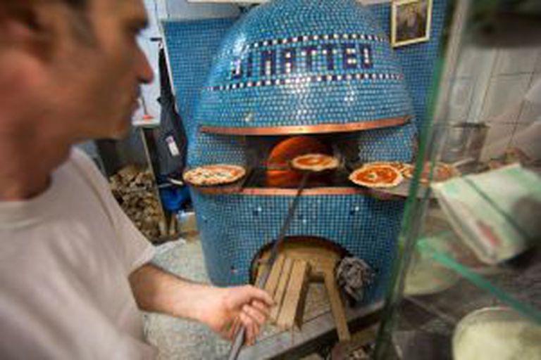 Forno a lenha da pizzaria Di Matteo, em Nápoles.