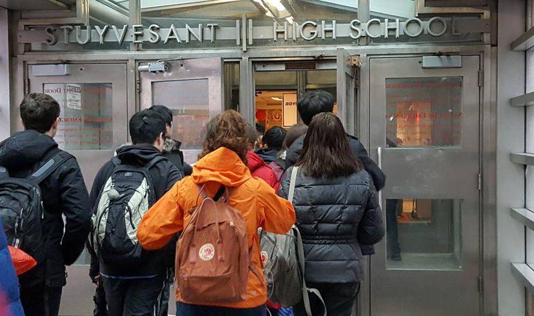 Alunos na entrada do colégio Stuyvesant.