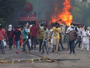 Manifestantes usaram pedras e atacaram caminhões de TV