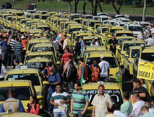 Taxistas protestam contra o Uber no Rio.