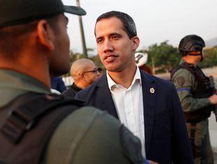 Juan Guaidó conversa com militares na base de La Carlota, em Caracas.
