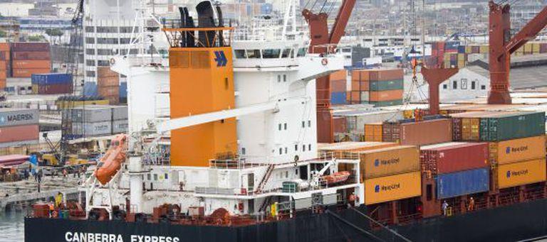 Um barco cargueiro no porto do Callao (Peru).