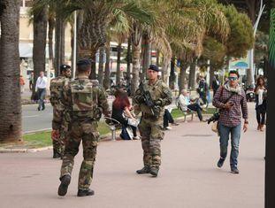Militares franceses patrulham Cannes durante o festival de cinema.