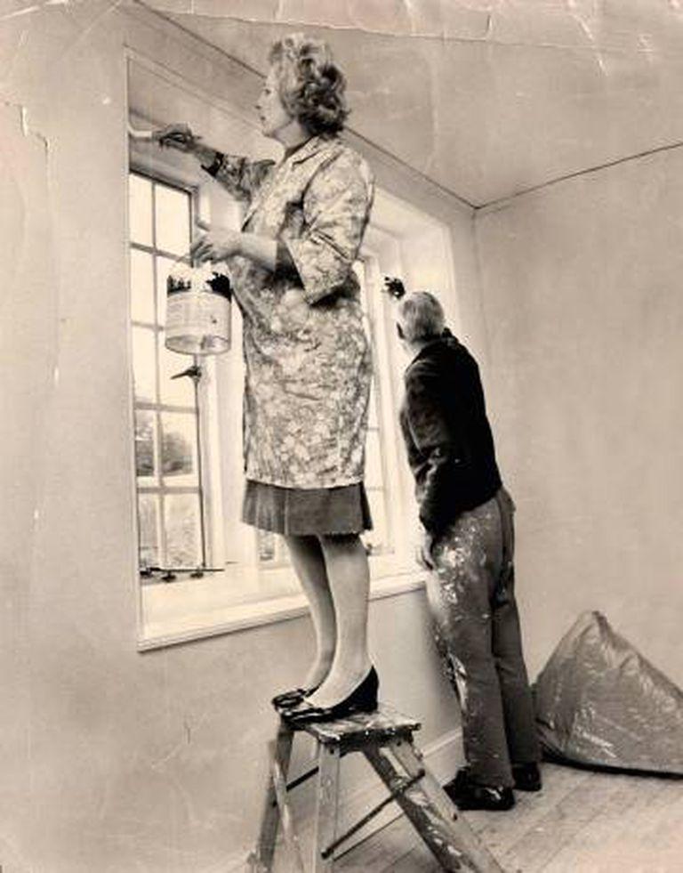 Margaret Thatcher, a 'Dama de Ferro', pinta o banheiro da sua casa, em Lamberhurst, ao lado de Denis Thatcher, seu marido e ideólogo de salão.