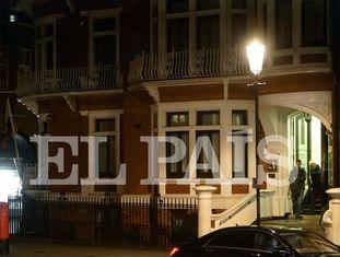 Soler deixa a embaixada do Equador em Londres em 9 de novembro após encontrar Assange.