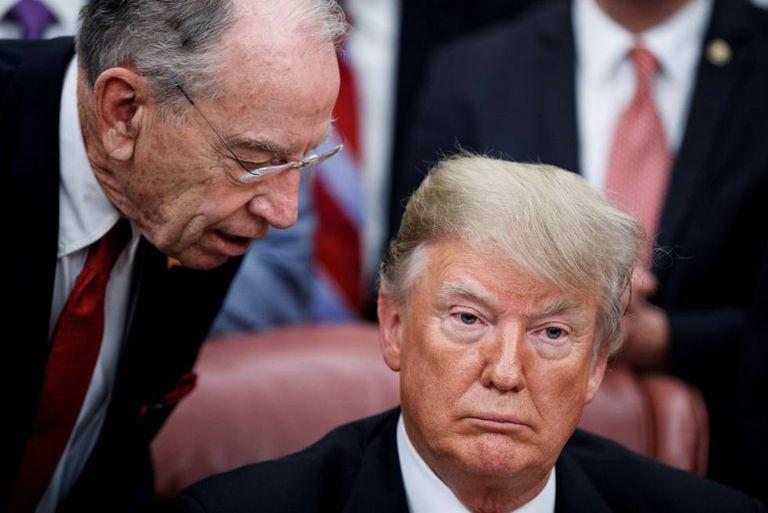 O presidente de EE.UU., Donald Trump, conversa com o presidente do Comitê de Justiça do Senado, Chuck Grassley.
