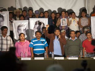 Os familiares dos desaparecidos na coletiva de imprensa.