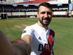 Lucas Pratto tira selfie no gramado do estádio Monumental após assinar um contrato de quatro anos.
