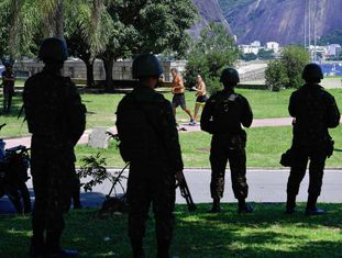 Militares patrulham o aterro do Flamengo, no Rio de Janeiro.
