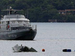 Um barco da Marinha no lugar da queda da aeronave, na costa de Paraty.