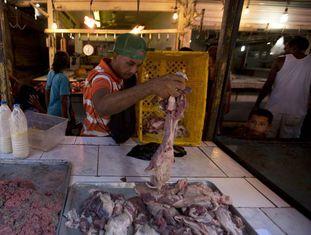 Banca de carne no mercado central de Maracaibo, Venezuela