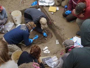 Descoberta dos restos arqueológicos da menina em Upward Sun River, no Alasca.