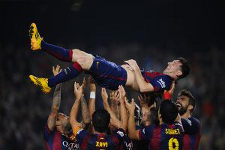 Messi, ovacionado após superar o recorde de gols na Liga Espanhola.