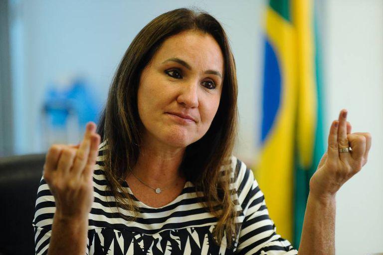 A secretária Flávia Piovesan.