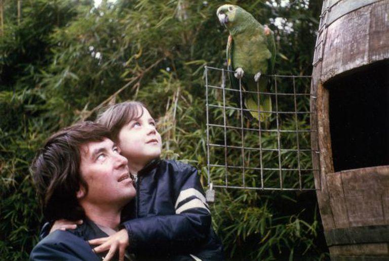 Helen Macdonald e seu pai, em uma foto familiar.