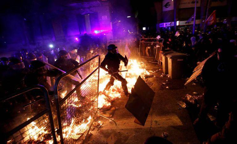 Manifestantes e policiais em Barcelona na noite de terça