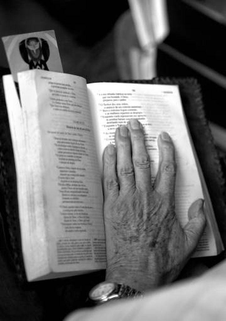 A mão de Casaldáliga sobre uma bíblia