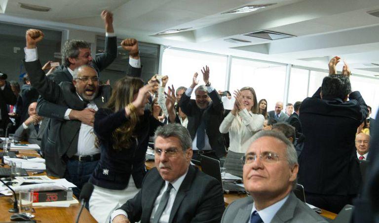 Oposição comemora a vitória na Comissão de Assuntos Socias (CAS) durante a votação de relatório da reforma trabalhista.