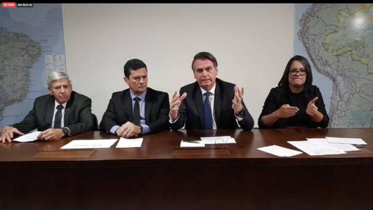 Bolsonaro ao lado de Heleno, Moro e a intérprete de libras.