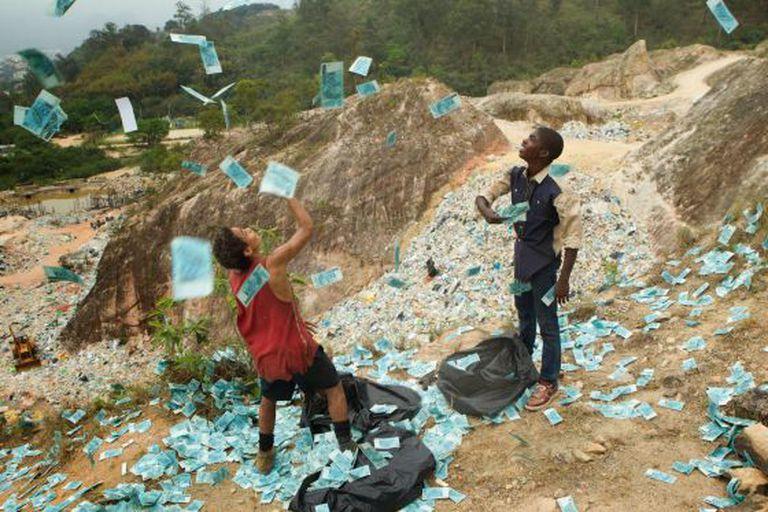 Corrupção desarmada e dinheiro distribuído no lixão em 'Trash'.