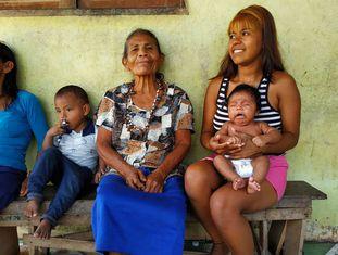 Francisca Tomé visita Luciete do Carmo, 18 anos, e o bebê Alderson Luan, que ajudara a parir dois meses antes.