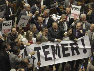 Deputados a oposição protestam.