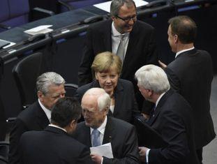 A chanceler Angela Merkel com outros participantes na comemoração dos 70 anos do fim da Segunda Guerra Mundial, no Bundestag.