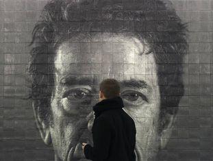 Retrato de Lou Reed feito pelo artista Chuck Close na estação da rua 86, em Manhattan.