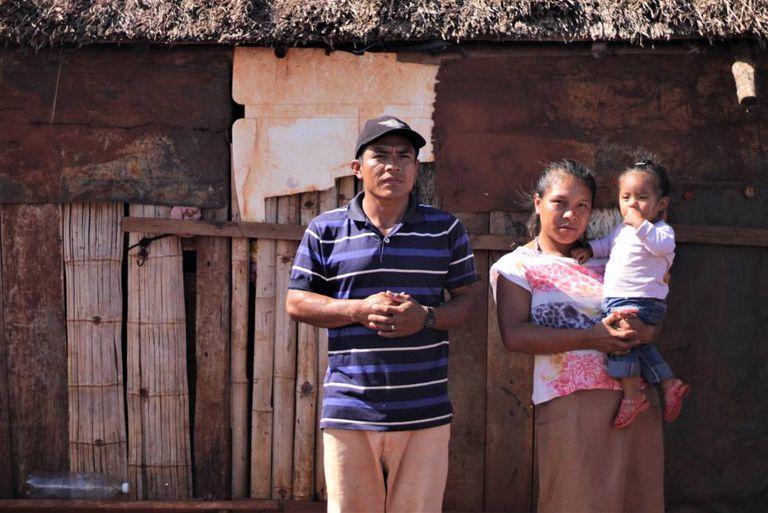 Marlinho Guarani Kaiowá, com a esposa e a filha.