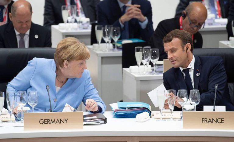 A chanceler alemã, Angela Merkel, e o presidente francês, Emmanuel Macron, hoje em Osaka na cúpula do G20.