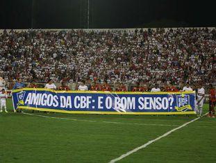 Faixa do Bom Senso F.C. é exibida em campo.
