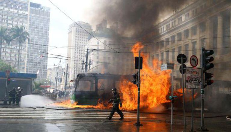 Ônibus incendiado no Viaduto do Chá.