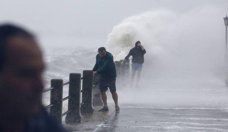Pedestres tenta caminhar em The Batthery enquanto o Irma atinge Charleston, na Carolina do Sul.
