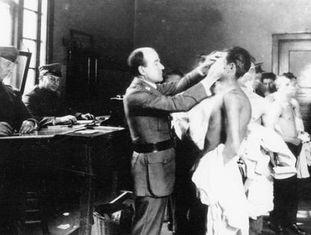 Exames médicos em Ellis Island, centro de imigrantes em Nova York aberto em 1892.