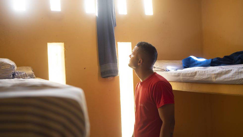 Alex em sua cela, dividida com o pai e outros quatro internos.