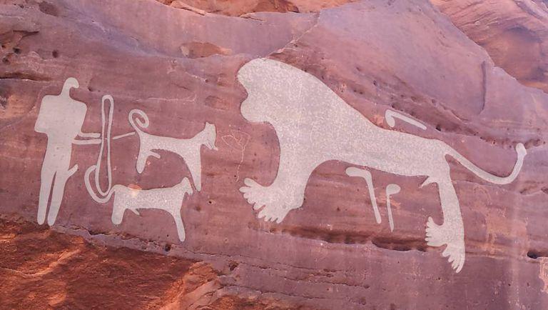Dois cachorros diante de um leão, entalhes de 8.000/9.000 anos.
