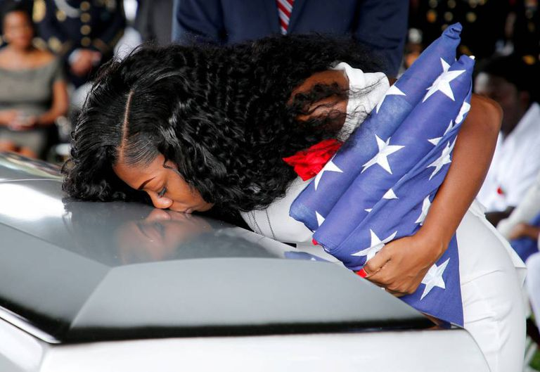 Myeshia Johnson, viúva do sargento La David Johnson, beija o caixão durante o enterro, no sábado.