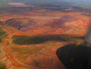 Vista aérea da mina de diamantes de Catoca, em Angola.