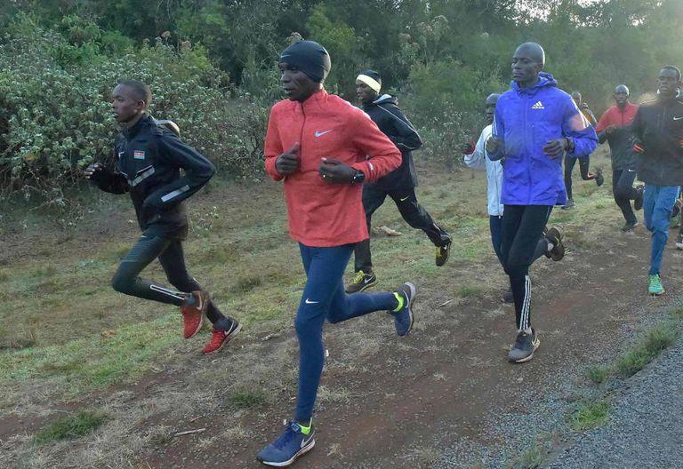 Kipchoge, de vermelho, à frente de um grupo de atletas, treinando no Quênia na sexta-feira, dia 17 de março