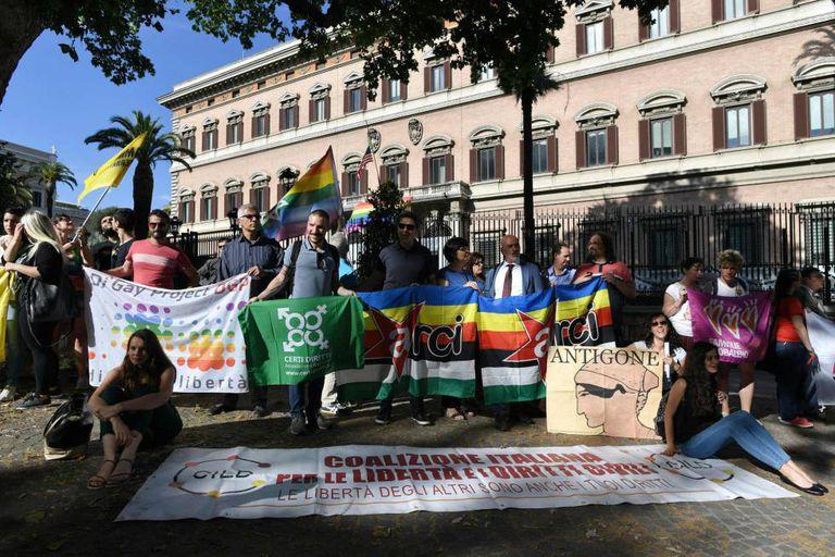 Membros da comunidade LGBT de Roma prestam homenagem às vítimas de Orlando.