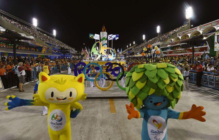 As mascotes olímpicas desfilaram no sambódromo durante o Carnaval, no Rio.