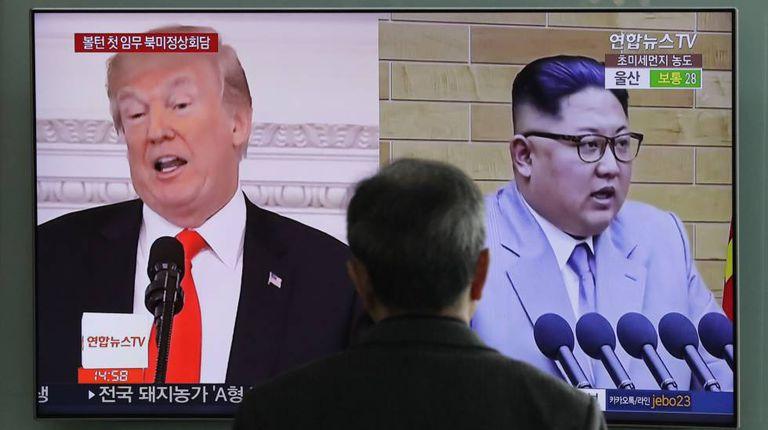 Passageiro acompanha as notícias em uma estação de trem em Seull