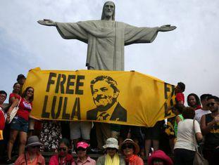Simpatizantes de Lula no Cristo Redentor do Rio.