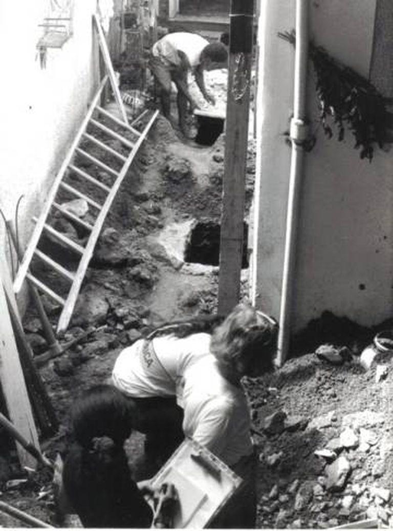 Equipe verifica ossos encontrados no Cemitério dos Pretos Novos (Foto cedida por Ana Maria de la Merced Guimarães)